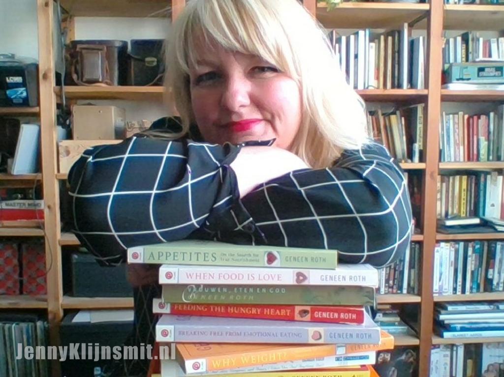 Jenny Klijnsmit met een stapel boeken van Geneen Roth
