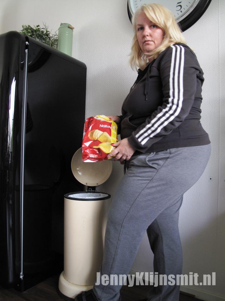 Jenny Klijnsmit eet chips uit de prullenbak