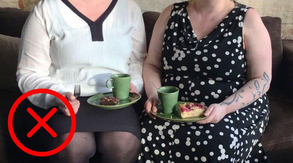 Wereld Obesitas Dag - Stigmatiserende foto zonder hoofd met ongezond voedsel